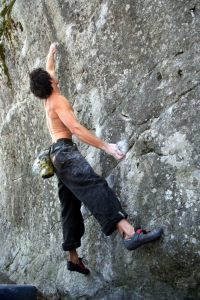 Charlie Barrett does the sit start to Wicks Problem V12FA!