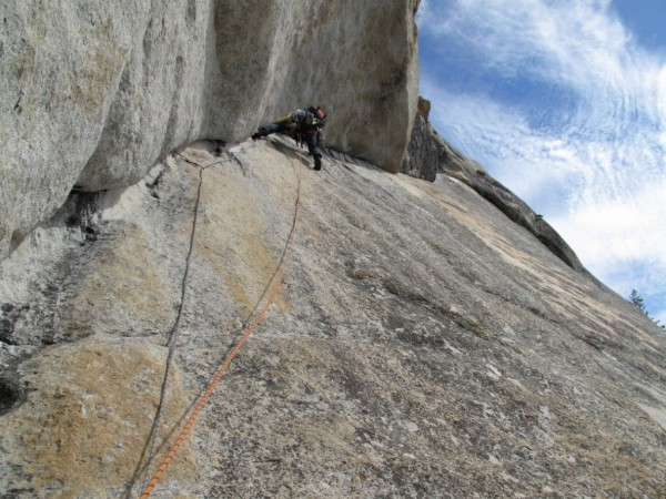 Starting the traverse on the crux pitch of Crescent Arch