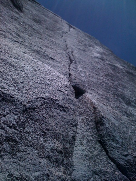 Looking up the thin crack of the 7th pitch.