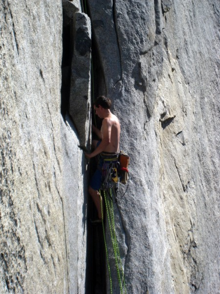 alex honnold starting up the crack off Dolt towards El Cap Tower