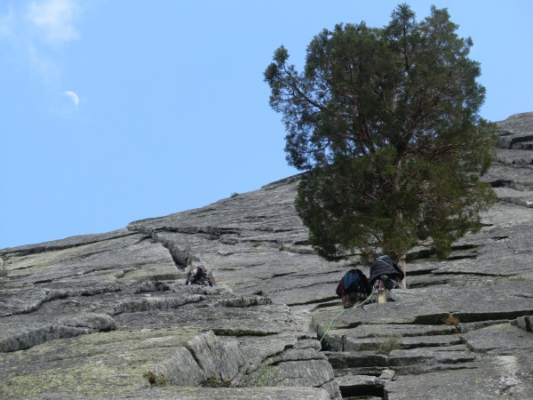 Climbing with friends on Knapsack Crack