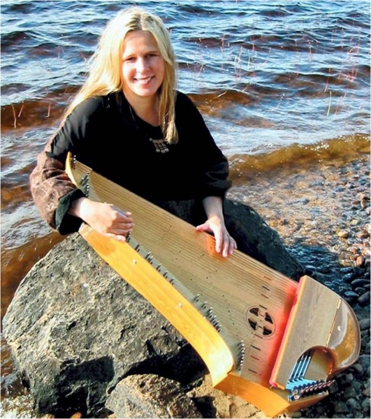 Sinikka Langeland med kantele