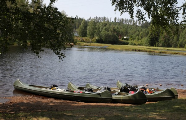 Canoes waiting, Rotna