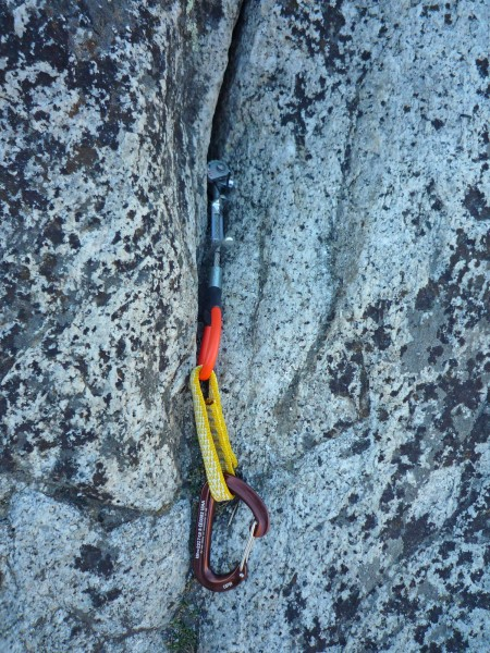 Show the Metolius Offset Master Cam in a Yosemite pin scar. (side ...