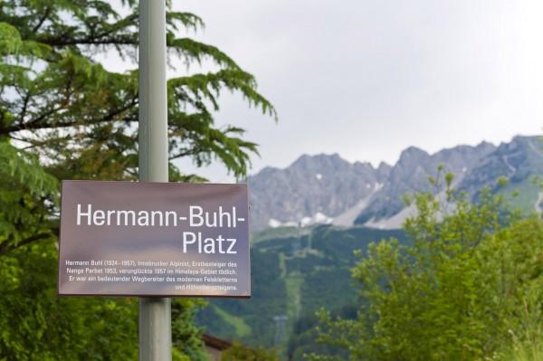 Hermann Buhl Platz am Fusse der Innsbrucker Nordkette