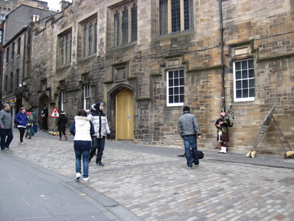 Bagpiper on the Royal Mile en route to the Edinburgh Castle.