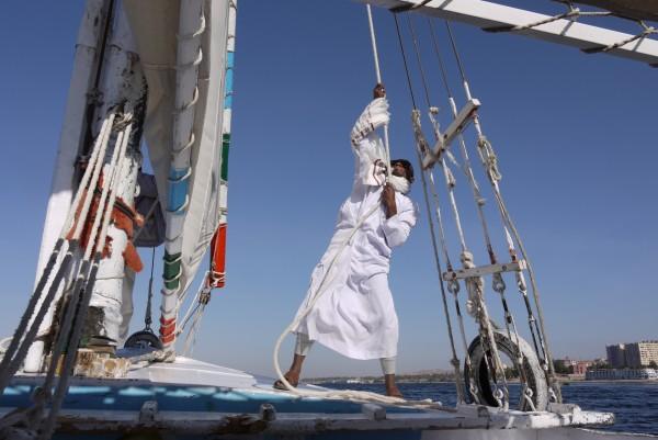 Raising the sail on a felucca